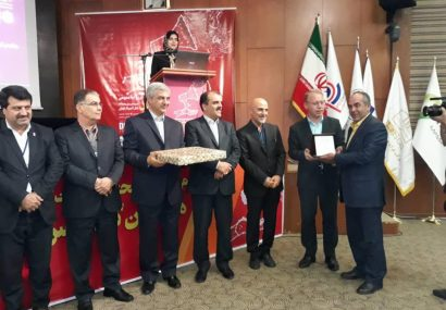 تجلیل از مدیر روابط عمومی ذوب آهن اصفهان